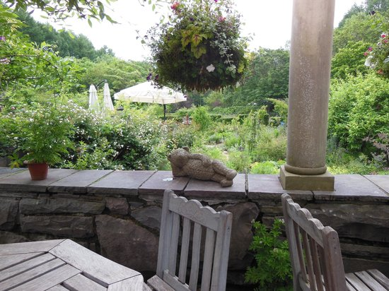 Barakura English Garden: 怠惰なクマ。お庭の所々にこんな(笑)がある