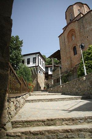 St. Archangel Michael Monastery: Opgang ná de toeganspoort.