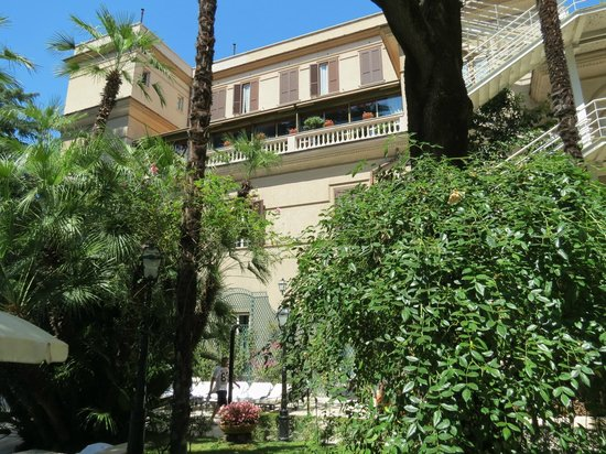 Aldrovandi Villa Borghese: Back of hotel looking at testaurant level (balcony level below top)