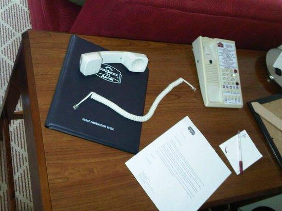 Residence Inn Arlington Rosslyn : Broken phone wire