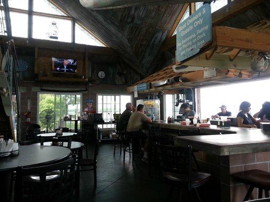 Go Fish Marina Bar & Grill: Inside