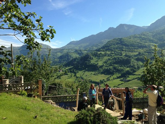 Hotel Rural Fuentes de Lucia: Starting a hike from the hotel
