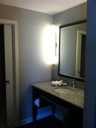 HYATT house Charlotte Center City : Entering bathroom