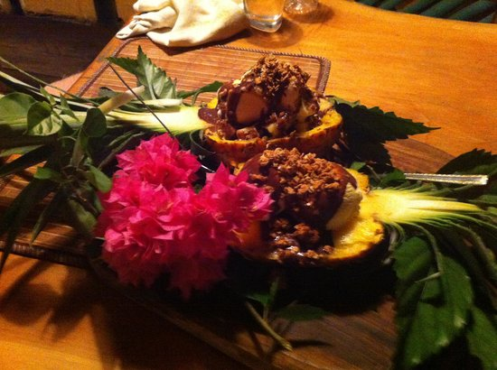 El Nuevo Sea Flowers: Pineapple with chocolate liquor for dessert