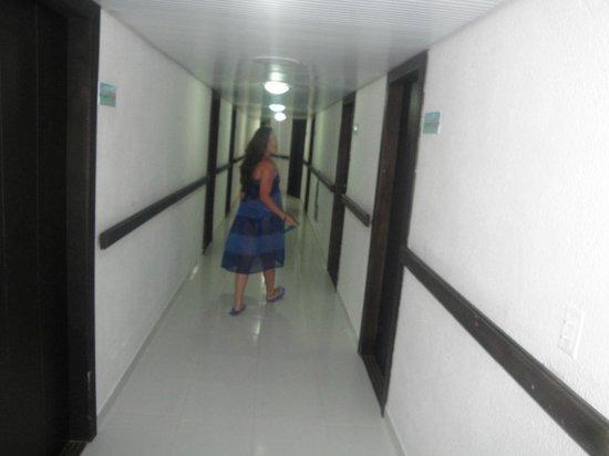 Hotel Calypso: los pasillos limpios e iluminados