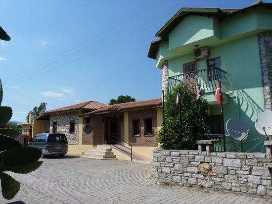Sahin, Apartments: Voorkant van het hoofdgebouw cq Receptie
