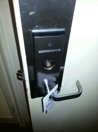 Nichols Village Hotel & Spa: door lock falling insde mechanism