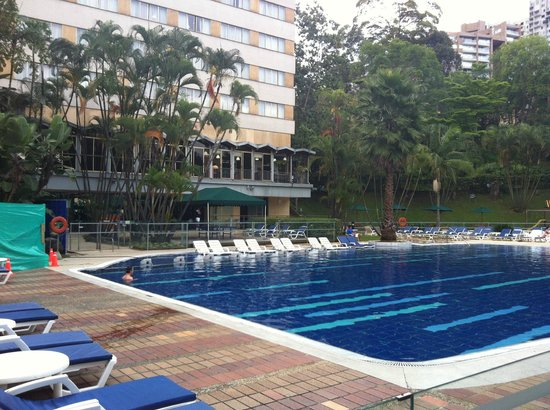 InterContinental Medellin: Piscina y al fondo SPA