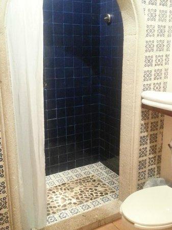 لوناتا: Tile & Stone Bathroom (Gorgeous)