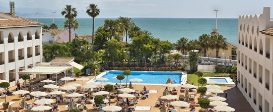 Hotel Mac Puerto Marina Benalmadena : Pool and views