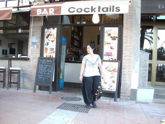 Lolas Estepona: LE BAR AVEC CA TRES SYMPHATIQUE PROPRIETAIRE