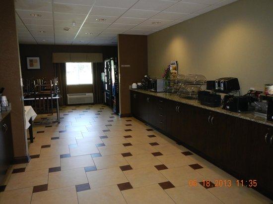 Microtel Inn & Suites by Wyndham Michigan City: breakfast area