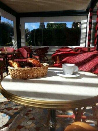 La Chicorée : Terrasse ensoleillée pour petit déjeuner en toute simplicité