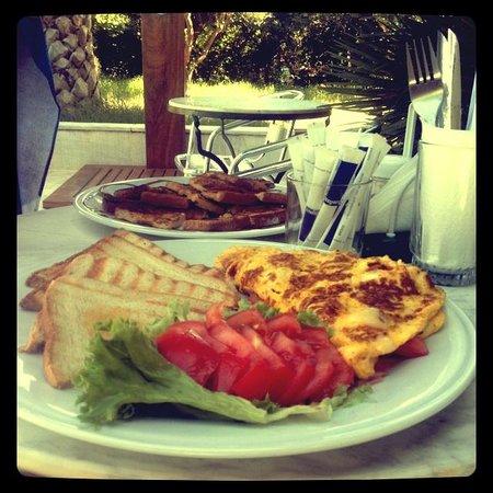 Casa Maria Apartments: Breakfast at The pool ;)