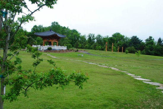 Meadowlark Botanical Garden: Korean Bell Garden at Meadowlark is the only one of its kind in the Western Hemisphere.