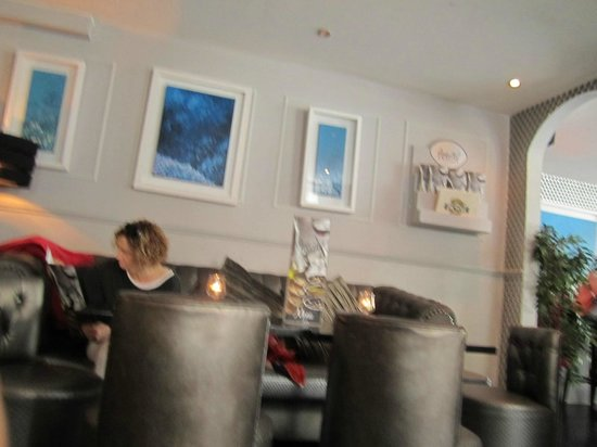 Aperitif Wine & Tapas Bar: Nicely Decorated