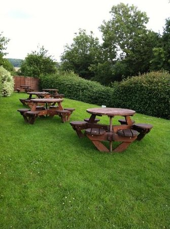Premier Inn Gloucester (Little Witcombe) Hotel: large pub garden
