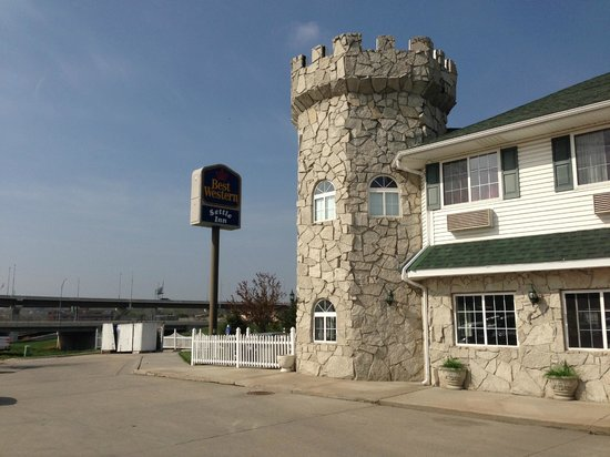 BEST WESTERN Old Mill Inn: There is a sign, but it is not much help in getting to the Motel