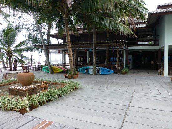 Sunset Cove Resort: common area, kayaks for borrow