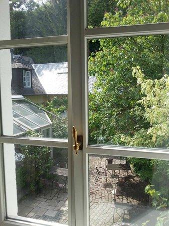Ringhotel Altes Pfarrhaus Beaumarais: View of backyard from room