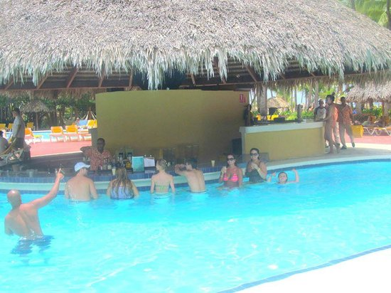 Catalonia Bavaro Beach, Casino & Golf Resort: We loved the pool bar and Giselle!