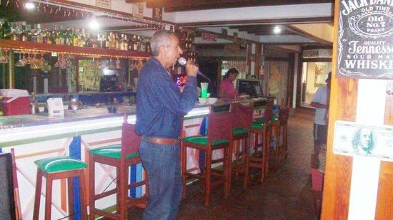 Cafe Bar Jet Set : Cantando