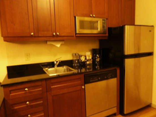 Residence Inn New York Manhattan/Times Square: Kitchen area with sink, microwave and refrigerator