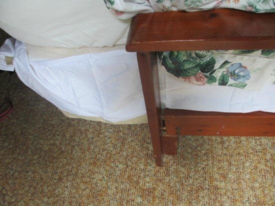 Bellwood Inn Bed & Breakfast: Broken sofa bed