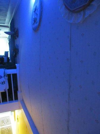 Bellwood Inn Bed & Breakfast: Bowing wall of bedroom