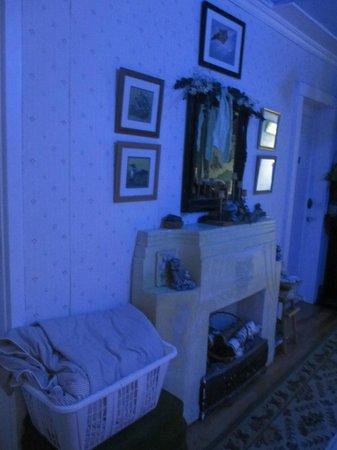 Bellwood Inn Bed & Breakfast: upstairs hall way