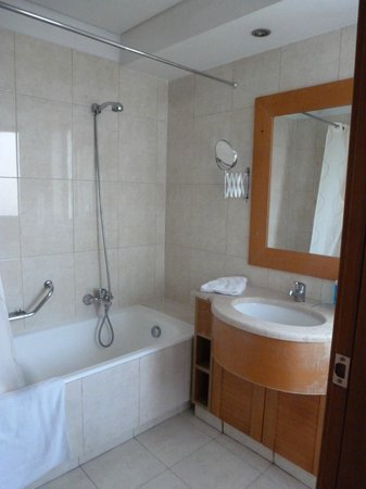 The Athenian Callirhoe Exclusive Hotel: Our bathroom