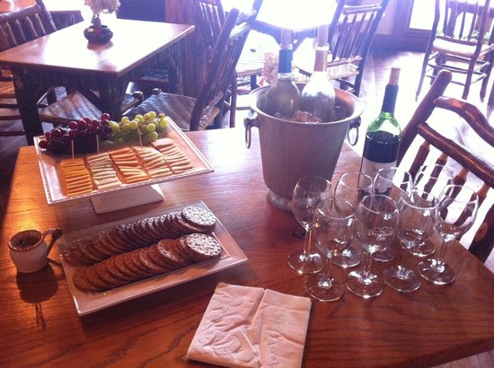 The Overlook Inn Bed and Breakfast: Complimentary wine and cheese hour YUM!