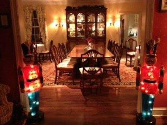 Doone's Inn at Oakmont: Dining Room at Christmas Time