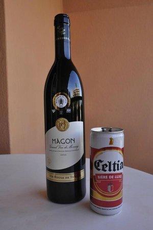 Le Marabout Hotel : Good Magon winer and poor quality local beer (Celtia)