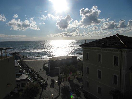 Perticari Hotel: Questa è la vista dal balcone laterale stanza 403
