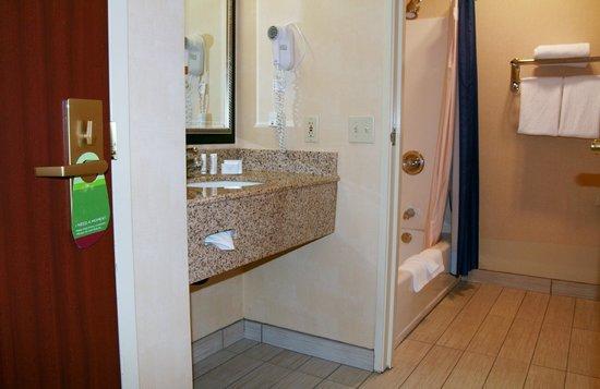 Courtyard Vacaville: Spacious renovated bathrooms.
