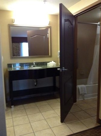 Hampton Inn & Suites Bakersfield/Hwy 58: King bed suite -- dressing area, & bathroom (at right)