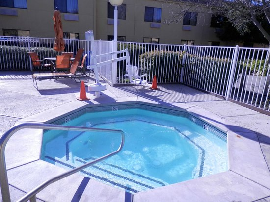 Courtyard Vacaville: Hot-tub Spa surrounded by green garden!
