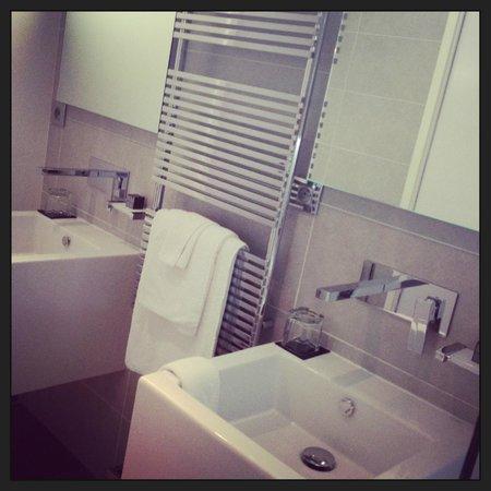 Kube Hotel-St Tropez : Salle de bain double vasque