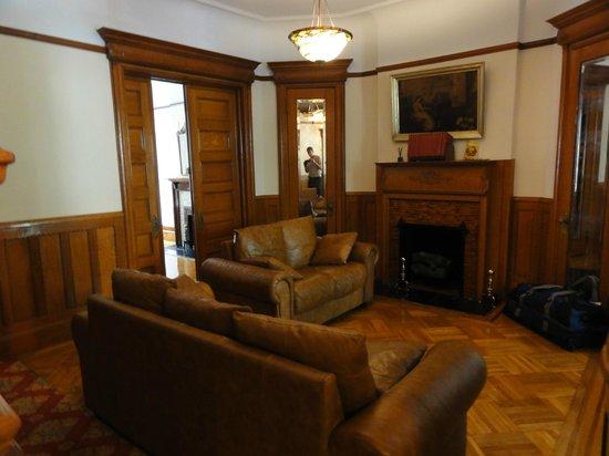 Lefferts Gardens Residence B&B: Shared living room at ground floor