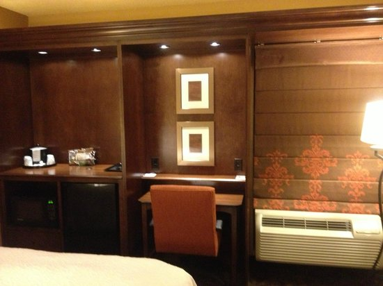 Hampton Inn Danville: what a welcome upon entering the room: calm lighting and temperature