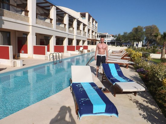 TUI SENSIMAR KALLISTON Resort & Spa by ATLANTICA: Private Swim-Up Pool and sun Loungers