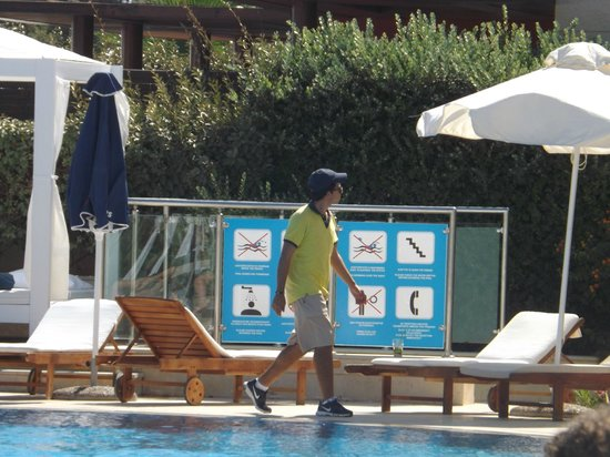 SENSIMAR KALLISTON Resort & Spa by ATLANTICA: The Pool area bad man! He removes ALL of your belongings if you bed reserve