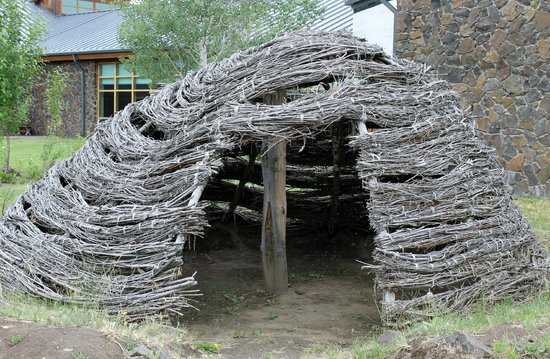 Tamastslikt Cultural Institute: Thatch hut with branches tied together; covered with mud