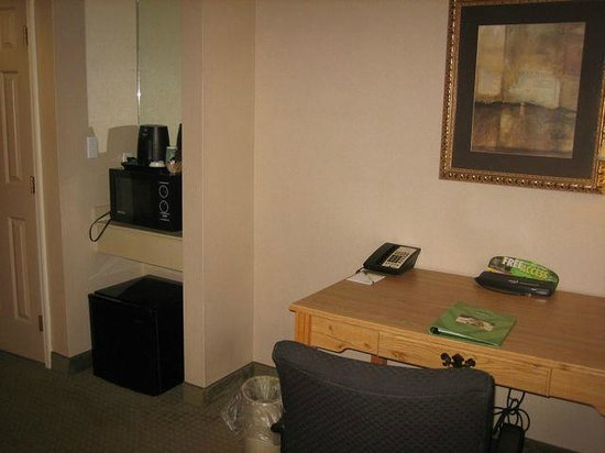 Wingate by Wyndham Mechanicsburg/Harrisburg West: Desk with ethernet and minifridge and microwave
