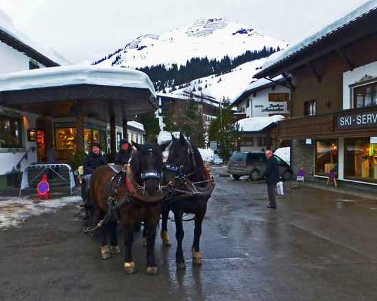 Hotel Arlberg Lech: The hotel is on the left