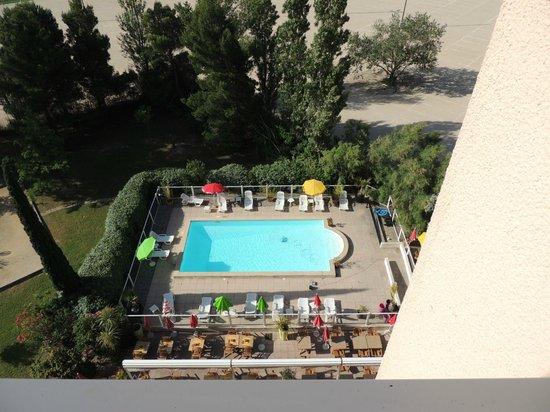 Ibis Marseille Provence Aeroport: la piscina