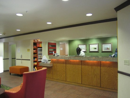 Fairfield Inn & Suites Dallas North by the Galleria: Front Desk