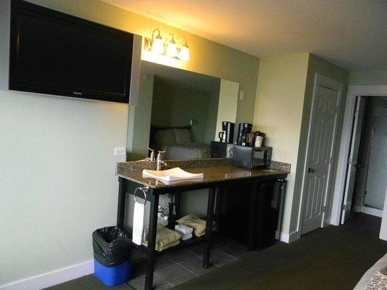 """Beachfront Manor Hotel: """"Sea Breeze Suite"""" t.v. kitchen area"""