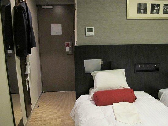 Hotel Mystays Nishi Shinjuku: ドアの幅だけのスペースしかない。。。